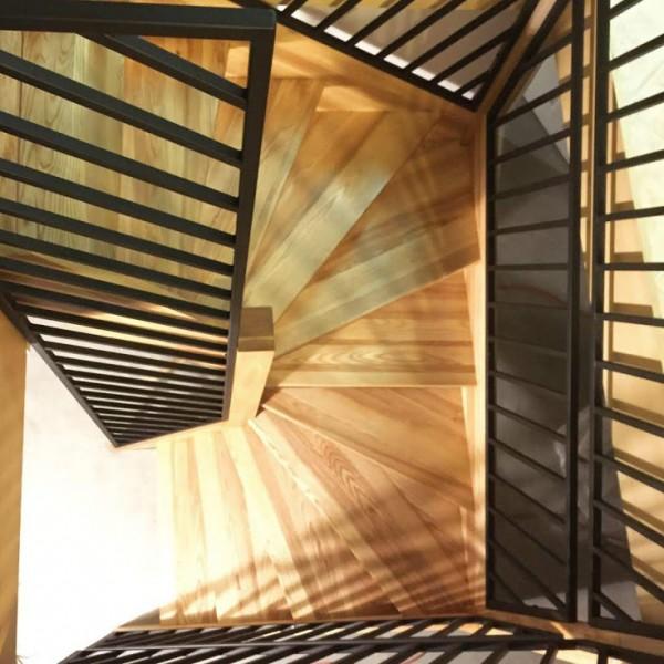 Thumbnail for Escalier balançé en frêne massif